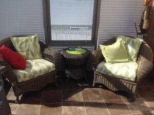 Ensemble en rotin de haute gamme (2 chaises et petite table)