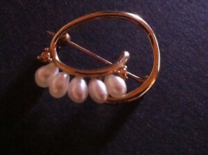 Gold brooch with five real pearls.