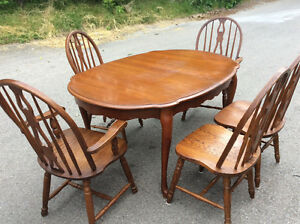 Extendable Diningroom table and five solid oak chairs $125.00