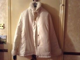 LADIES LIGHT WEIGHT WHITE COAT WITH FUR CUFFS AND COLLAR SIZE 18 (dressy)