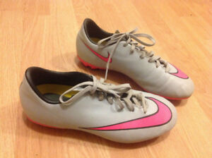 Nike soccer cleats US 4