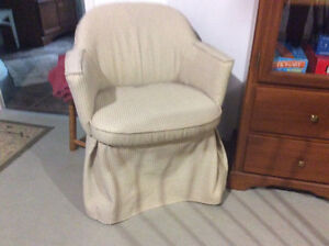 Chaise d'appoint en tissus sur base pivotante négociable