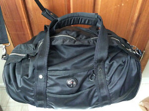 Lululemon duffle bag NEW condition, no wear inside or out 100$