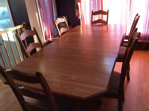 Beautiful Solid Oak dining room table and 6 chairs
