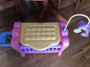 Bassinette pour poupée se change en table ā langer