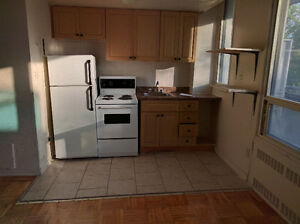 $1150 Bachelor Spadina/Bloor. Near subway/Uni/bus
