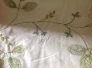 Rideaux blanc brodés vert et bleu pâle