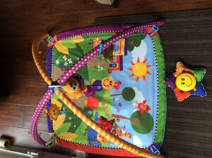 Colourful, interactive play mat for babies