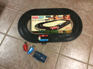 LINCOLN HIGH-REV BATTERY OPERATED SLOT RACING TRACK