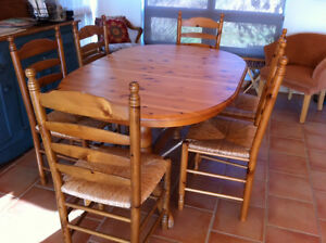 TABLE ET 6 CHAISES STYLE CAMPAGNARD