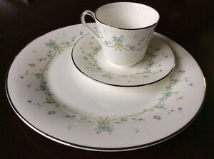 Fine Bone China - Royal Doulton - Demure