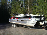 RENT SunTracker 24' DLX Fish'n Party Barge on any Jaffray Lakes