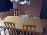Table de cuisine, armoire et 6 chaises