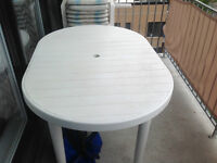 set de patio en pvc - 1 table, 1 rallonge et 4 chaises