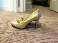 Gold snake skin patterned never worn shoes size 7.5