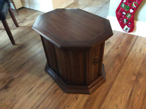 End table Cambridge Kitchener Area image 1