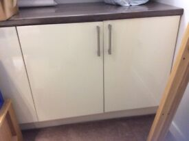 3 Kitchen base units and worktop