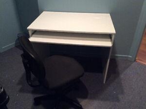 Bureau de travail blanc et chaise noire