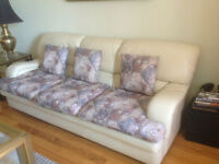 Devan trois place à vendre! Three place sofa for sale! ($100)