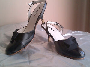 Two pairs of very nice women's shoes size 9.5 Windsor Region Ontario image 6