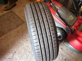 Motor car tyre