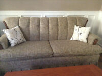 Beautiful couch with matching cushions, 250$
