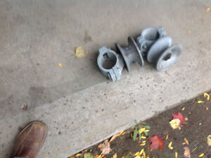 Fence brac ket for a sliding fence