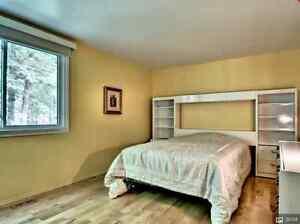 Mobilier de chambre laqué blanc avec lit double