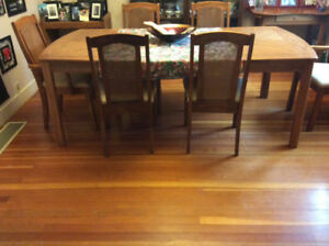 Oak dinning room table & 6 sturdy chairs