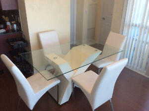 ********Dining table moving sale URGENT*******