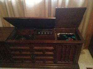Westinghouse Solid State Stereo in a solid Maple Cabinet.>>$400. West Island Greater Montréal image 3