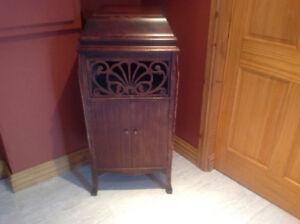 Meuble de grammophone transformé en cabinet de boissons