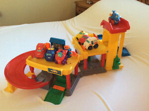 Garage Fisher price  little People avec ses camions