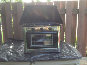 EM108 - LPG STOVE W/OVEN, HOSE AND REGULATOR  NEW IN THE BOX.