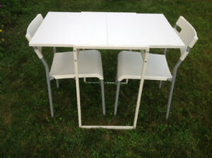 Small table with 2 chairs/ Petite table avec 2 chaises