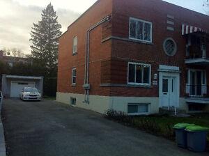 Ahuntsic 8940a Chateaubriand.  Grand studio ouvert style loft,