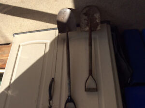2 Round mouth shovels with D handle