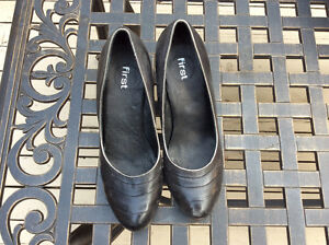 Women's Dress Shoes (Size 6)