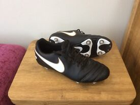 NIKE TIEMPO SOFT GROUND FOOTBALL BOOTS - SIZE 8.5