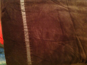Brown double duvet cover including matching pillow shams