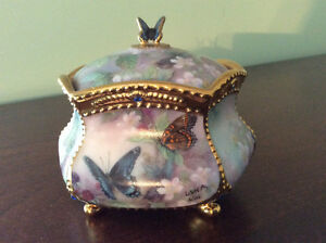 Music box  (Heirloom Porcelain)