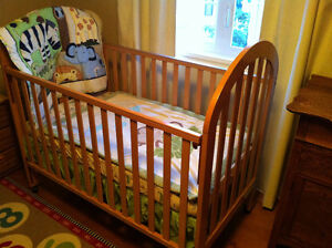 Adjustable wooden crib, clean mattress, bedding and bed skirt