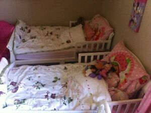 Toddler bed like new with a mattress in an amazing condition