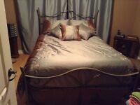Belle douillette lit queen avec coussins décoratifs