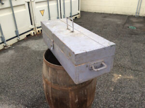 Vintage strong & sturdy wood tool box !
