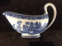 ANTIQUE 1930 WEDGEWOOD BLUE AND WHITE WILLOW PATTERN GRAVY BOAT.