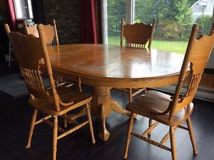 Table ovale antique avec 4 chaises.