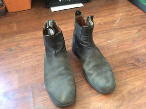 Men's size 8 black suede BLUNDSTONE ankle boots. Good condition.
