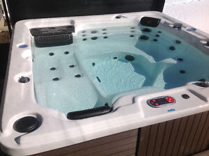 2017 Canadian Spa 5 man hot tub with lounger