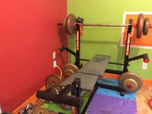 Banc d'entraînement avec barre et poids